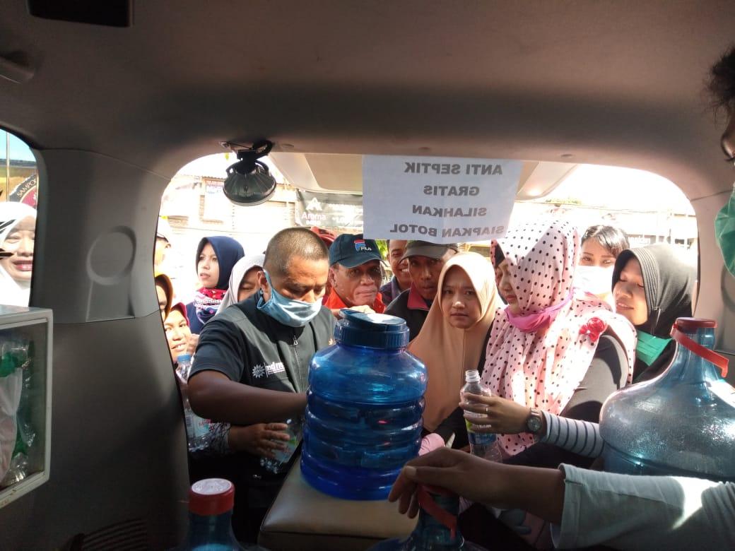 Muhammadiyah Grabag Bagi Antiseptic Gratis ke Warga